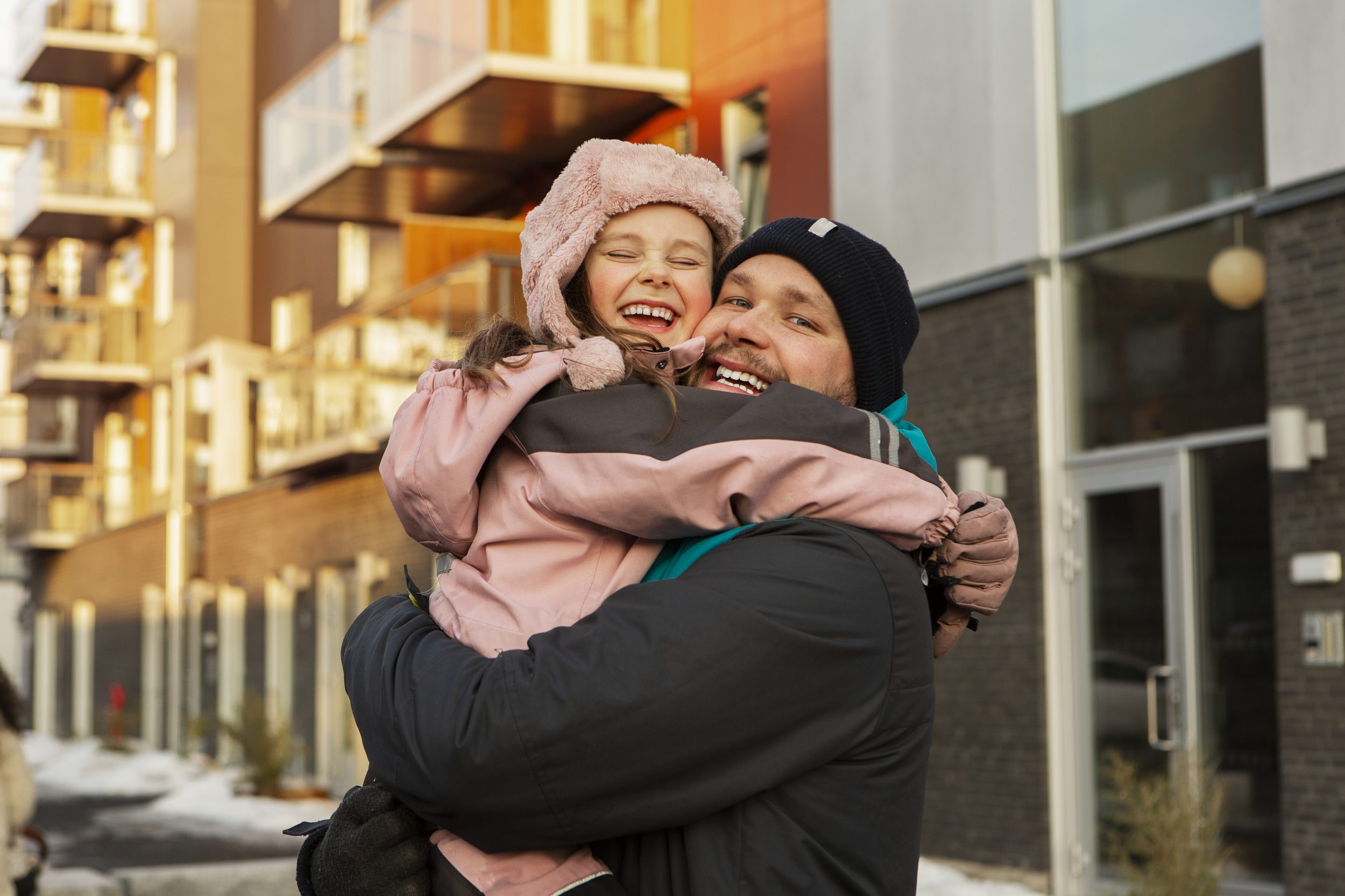 Far og datter klemmer hverandre