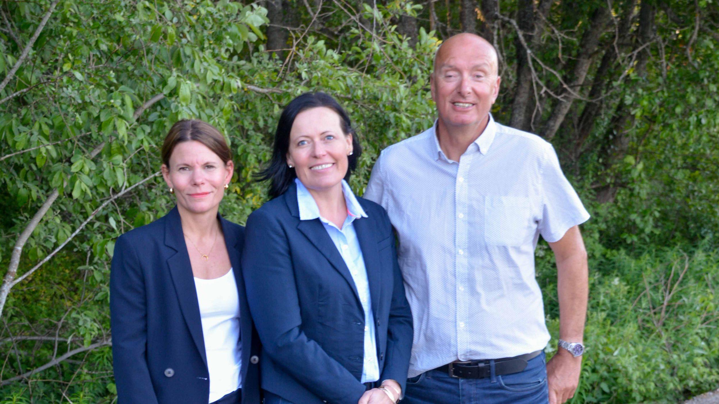 Foto: Melhus Høyres toppkandidater ved valget 2019 oppstilt, grønn naturbakgrunn. F.v. Marte Olden Jakobsen, Stine Estenstad og Mikal Kvaal.